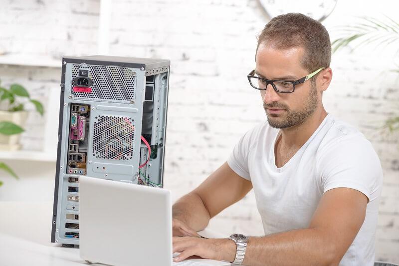טכנאי מחשבים איש מקצוע