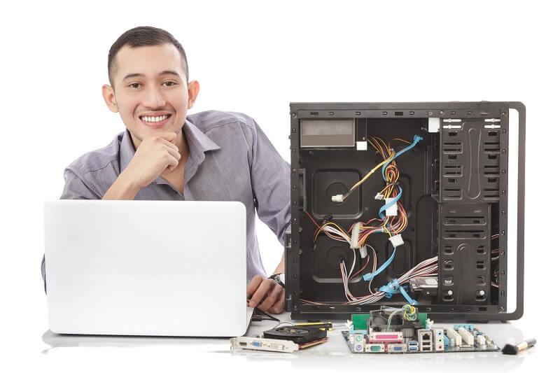 טכנאי מחשבים שעובד